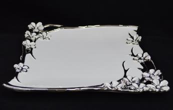 Plato de porcelana blanca con guías  y flores en tono plata de 28cm