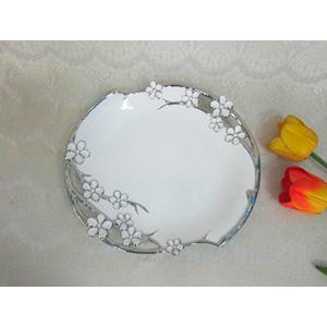 Plato redondo de porcelana blanca con filo y flores en color plata de 33cm