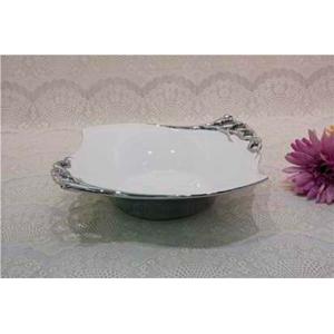 Bowl de porcelana con pedestal blanco y filo con flores plata de 28cm