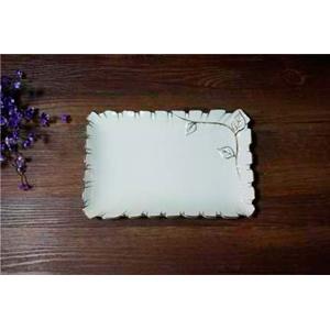 Plato de porcelana blanca c/hojas y filo dorado de 26cm