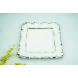 Platón cuadrado de porcelana blanca con orilla ondulada y filo plateado de 36cm