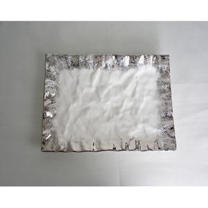 Plato de cerámica rectangular con orilla plateada de 45x30x4cm