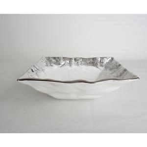 Tazon cuadrado de cerámica blanca con orilla plateada de 23x23x8cm