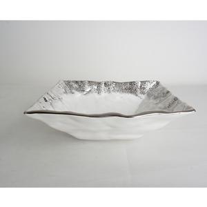 Tazon cuadrado de cerámica blanca con orilla plateada de 33.5x33.5x11cm