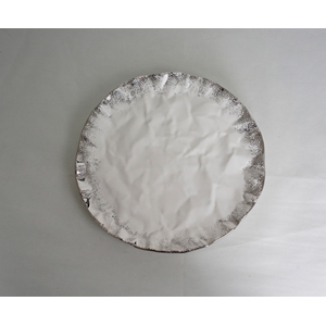 Plato redondo de cerámica blanco con orilla plateada de 34x39.5cm