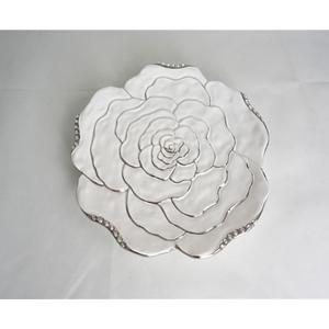 Plato de cerámica blanco diseño flor con orilla plateada de 33x33x3cm