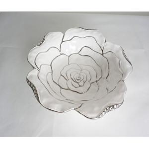 Tazon de porcelana blanca diseño rosa con orilla plateada de 33x33x7.5cm