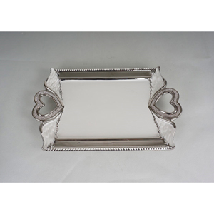 Charola rectangular blanca con asas diseño corazón y orilla plateada de 46.5x28x3.5cm