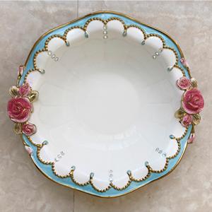 Tazon redondo de cerámica con orilla azul y rosas de 25.5x24x6.5cm