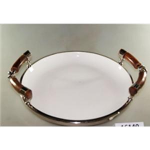 Charola redonda de porcelana blanca con orilla de metal y asas de madera de 30x28x10cm