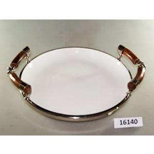 Charola redonda de porcelana blanca con orilla de metal y asas de madera de 40x34x10cm