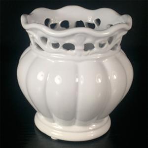 Maceta redonda de porcelana blanca con grabado de 13x13x13cm