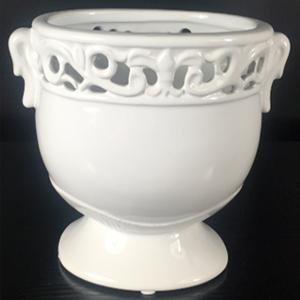 Maceta oval de porcelana blanca con grabado en la orilla de 15x10x13cm