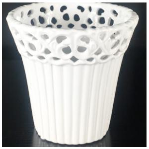 Maceta redonda de porcelana blanca con grabado de 13x13x12cm