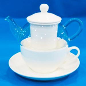 Tetera de cristal con filtro  taza y  plato de porcelana blanca