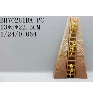 Decoración de hombre subiendo escalera de pirámide de 15x5x22cm