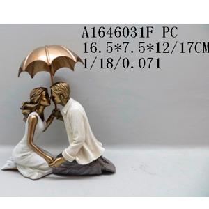 Decoración de pareja besándose cubriéndose con sombrilla dorada de 17x6x12cm