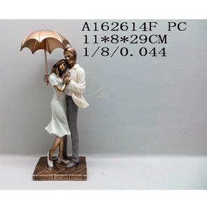 Decoración de pareja abrazándose cubriéndose con sombrilla de 11x8x29cm