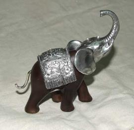 Elefante café con cabeza plateada