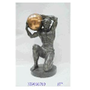 Hombre cargando esfera dorada de resina de 23x19x42cm