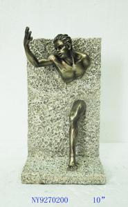 Figura de hombre cruzando la pared en dorado de 15x11x26cm