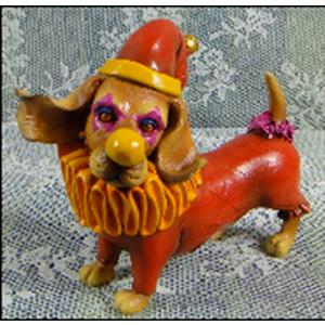 Figura de Perro con traje rojo de 14x7x12cm