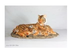 Tigre con cachorros de poliresina en base de 43x29x19cm