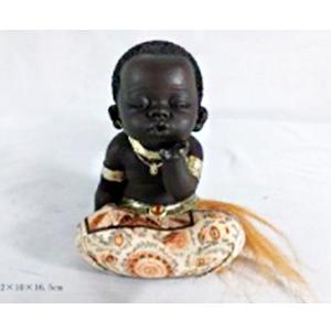 Figura de niño africano sentado de 12x10x16cm