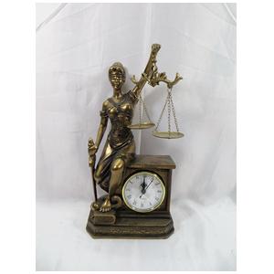 Justicia ciega d/resina dorada sentada sobre reloj de 17x12x33.5cm