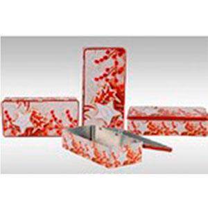 Caja rectangular de lámina con diseño navideño en tonos rojos de 32x15x8cm