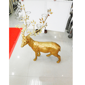 Alce de resina c/candelabros dorado de 64x44x80cm