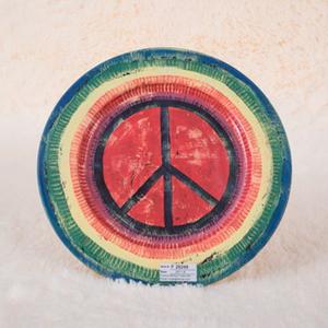 Plato de presentación de metal verde, amarillo y rojo c/simbolo de amor y paz de 33x33x1.8cm