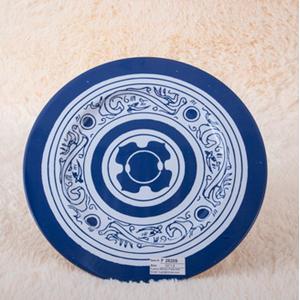 Plato de presentación de metal azul con grecas blancas de 33x33x1.8cm