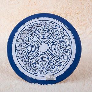 Plato de presentación de metal azul c/garigoleado blanco de 33x33x1.8cm