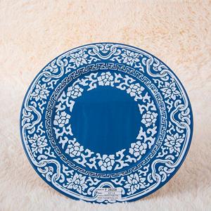 Plato de presentación de metal azul c/flores y grecas blancas de 33x33x1.8cm