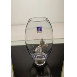Florero de cristal oval con mariposa de metal plateada de 85x65x19cm