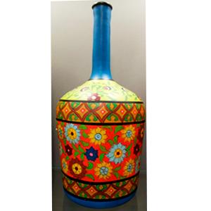 Florero de vidrio tipo botella con diseño de flores en tonos naranjas y amarillos de 25x25x54cm