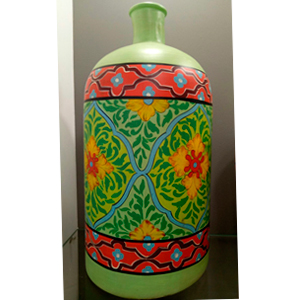 Florero de vidrio tipo botella con diseño de flores en tonos verdes y rosas de 26x26x59cm