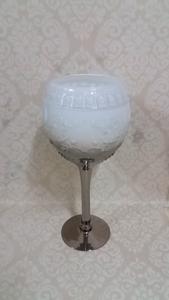 Candelabro diseño copa blanco con base electroplateada y grabado de 40cm