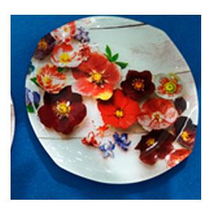 Plato de cristal semi circular blanco con estampado de Orquídeas rojas de 30x30x2.5cm