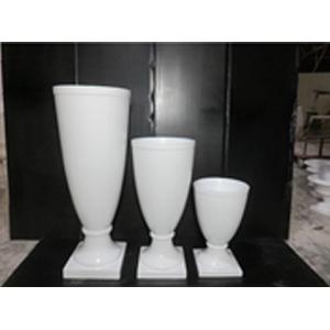 Florero de resina diseño copa en base blanca de 45x45x121cm