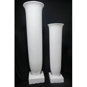 Florero de resina diseño copa en base blanca de 50x50x187cm