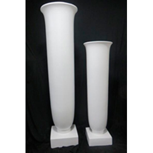 Florero de resina diseño copa en base blanca de 40x40x142cm