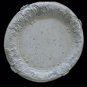 Plato de presentación rustico beige con grabado en la orilla plata de 35x35x2cm