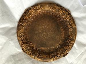 Plato de presentación termiando oxido con grecas en la orilla de 38x38x2cm