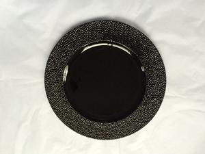 Plato de presentación negro con grumos en la orilla de 33x33x2cm