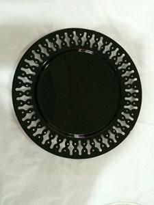 Plato de metal p/ presentación negro con orilla perforada diseño rombos de 33x33x2cm
