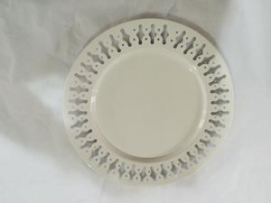 Plato de metal p/ presentación blanco con orilla perforada diseño rombos de 33x33x2cm