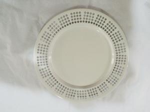 Plato de de metal p/ presentación blanco con orilla perforada diseño círculos de 33x33x2cm