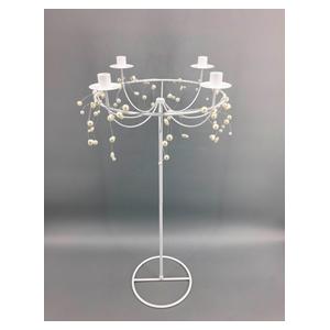 Candelabro de metal blanco para 4 velas y cuentas de 38x38x78cm